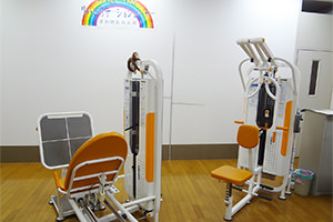 虹が丘リハビリケアセンターの1階トレーニングマシン